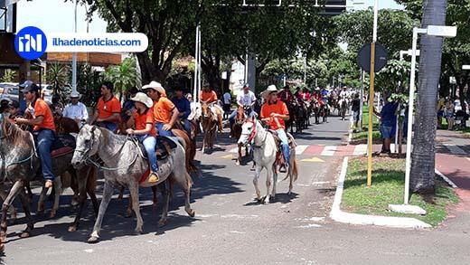 Com 800 cavaleiros e amazonas, Cavalgada é a maior da história